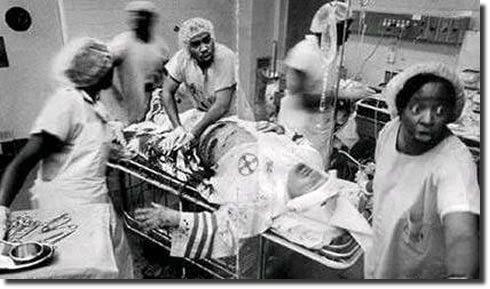 personal medical de culoare tratând un membru Ku Kux Kla