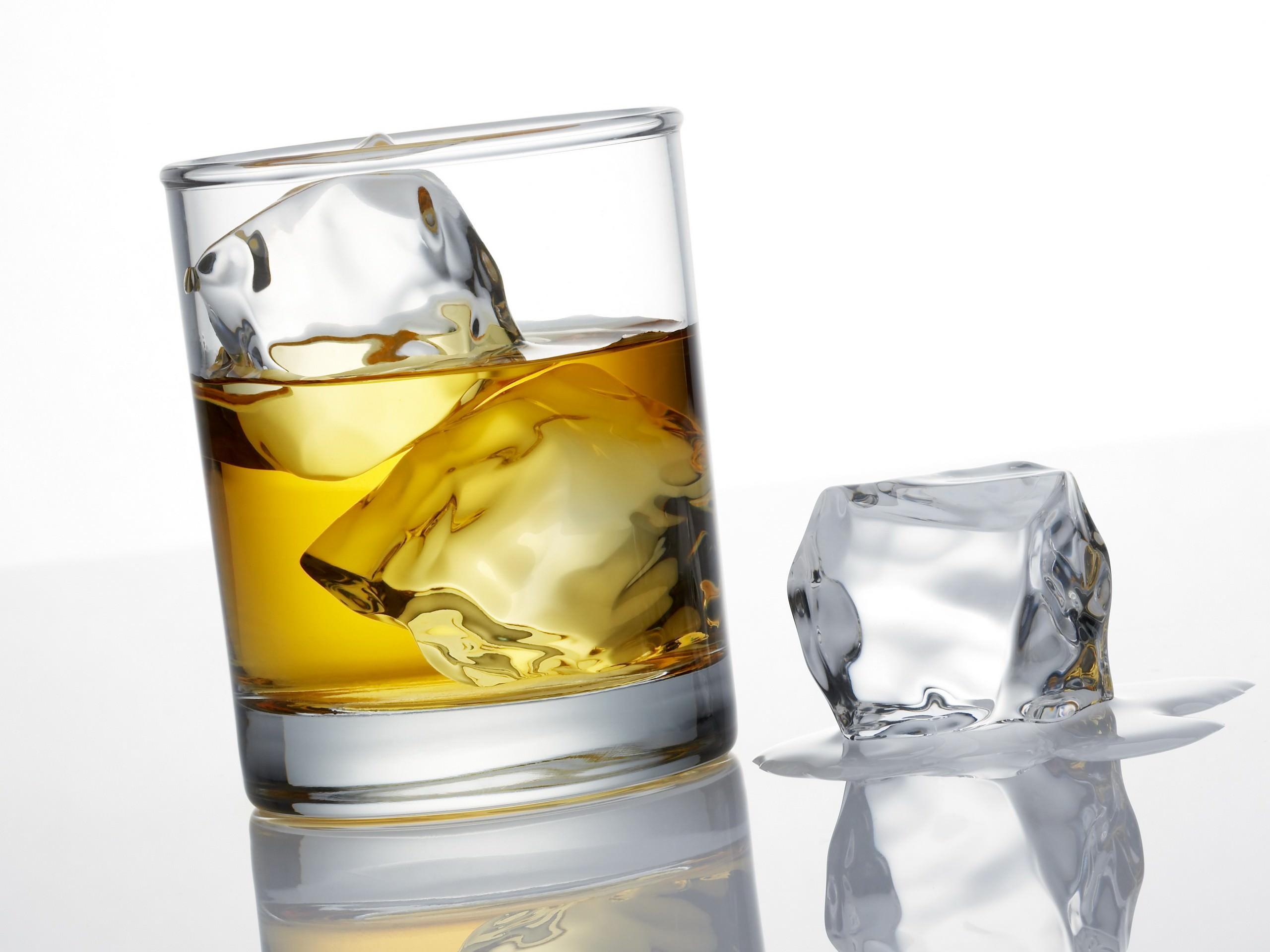 Whisky cu un pic de gheata