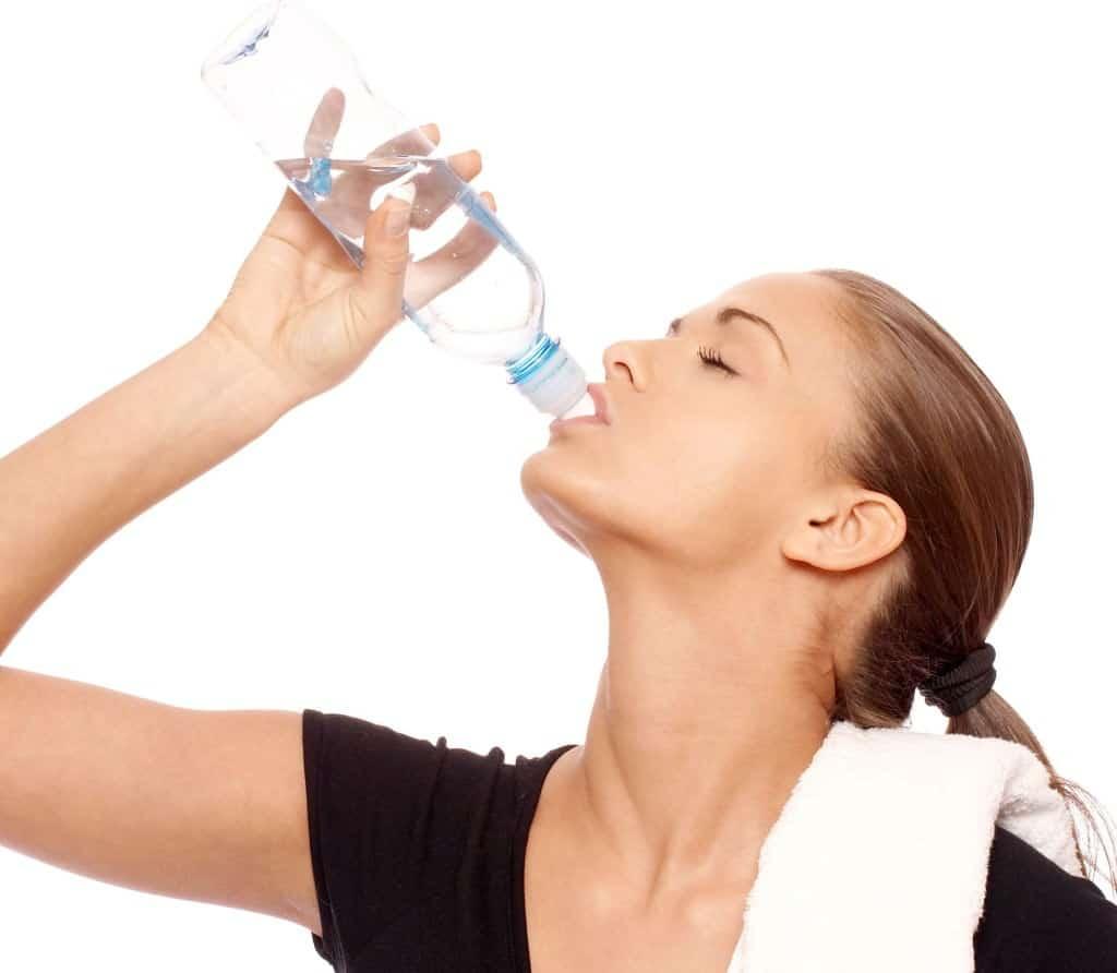 Femeia care a inceput sa bea 3 litri de apa pe zi