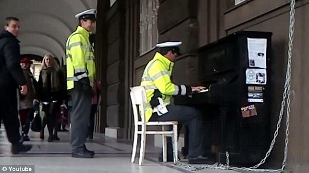 Polițist care cântă la pian în Praga
