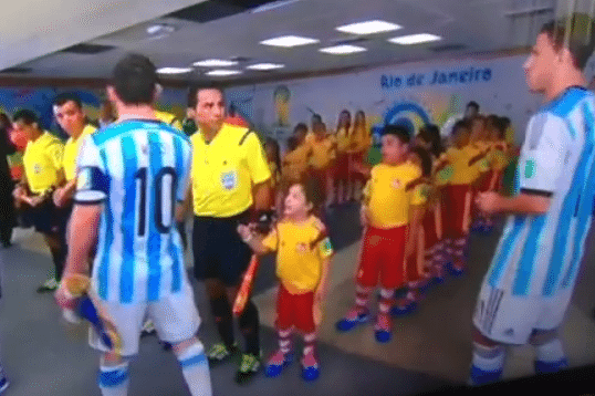 Care e realitatea in faza cu Messi si copilul