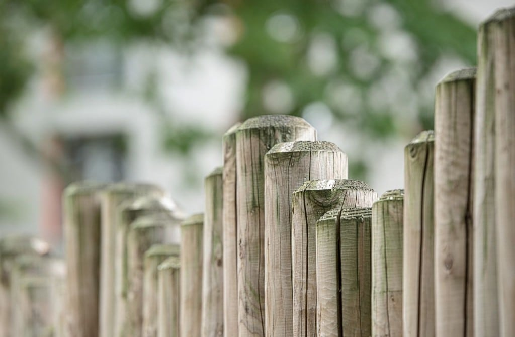 Dacă nu știi cum să îți faci gardul, îl poți face din tablă
