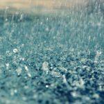 Să mergi cu farurile stinse pe ploaie torențială este inconștiență totală