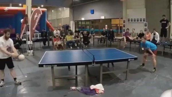 Tenis de masa jucat cu capul